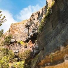 Endlang der Felswand nach Rocha da Relva