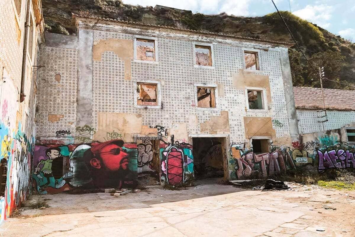 alte Gebaeude mit Graffiti in Almada