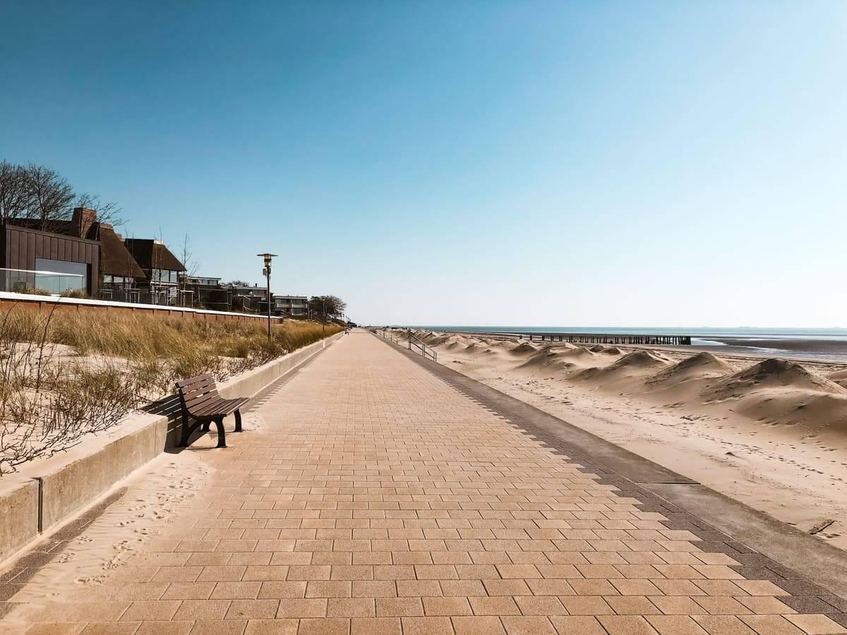 Die Südstrandpromenade ist komplett leer gefegt.